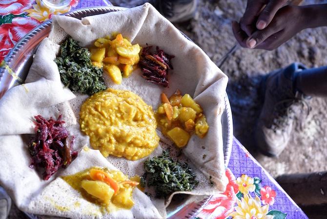 Injera con delicias vegetales