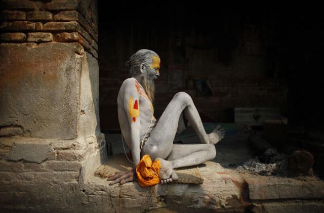 sadhus en la India