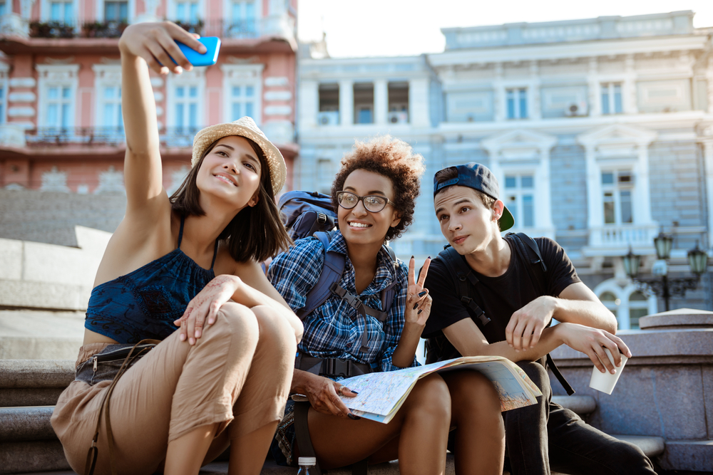 chicos tomándose una foto con el móvil