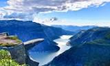 Fiordos noruegos en verano: lagos, montañas y senderismo