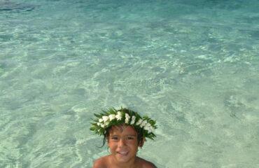 Enfant dans le lagon à Moorea